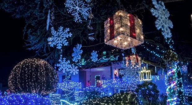 Addobbi Natalizi Luci.Addobbi Di Natale Da Oscar 55mila Luci Nel Giardino Di Casa