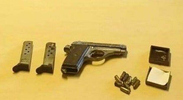 La pistola e i proiettili trovati in casa dell'anziana
