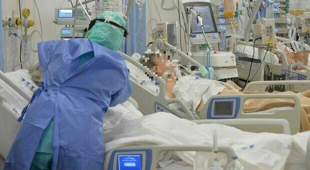 Contagiata da un'infermiera no vax, Mirella muore di Covid in ospedale. Il figlio: «Basta dire che i vaccini non servono»