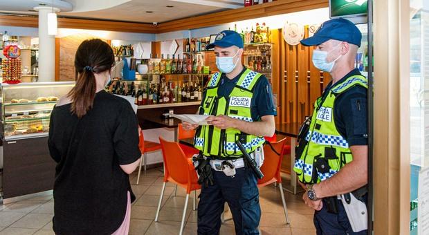 La Polizia locale di Treviso consegna ad un esercente l'ordinanza anti-alcol