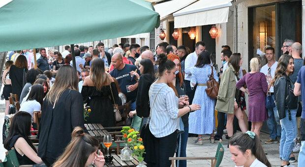 Venezia, tornano le code davanti a ristoranti e musei