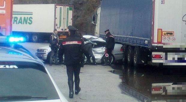 Auto tampona tir fermo nell'area di servizio: 4 feriti ...