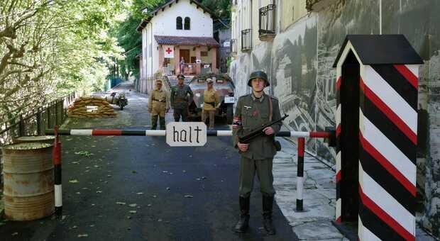 """Il """"posto di blocco"""" all'entrata al sito espositivo, con figuranti in divisa nazista"""