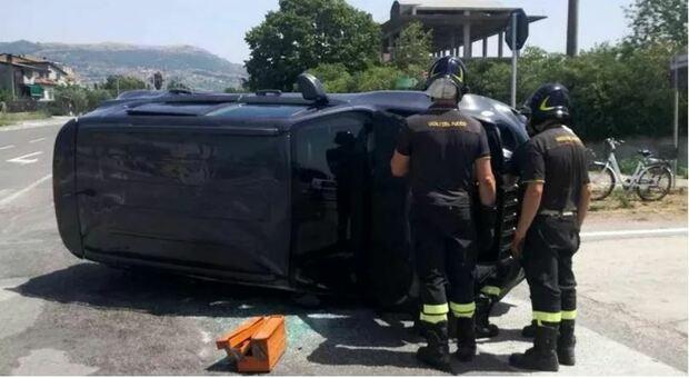 Caserta, incidente: si schianta con l'auto e muore a 19 anni