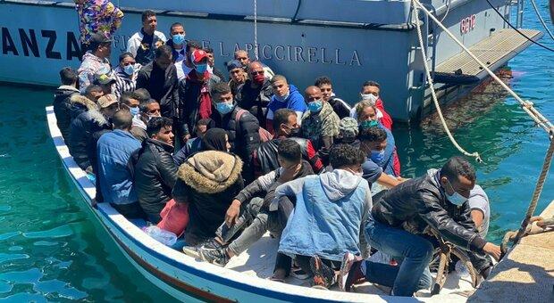 Migranti, sbarchi continui a Lampedusa: 1.200 persone adesso nell'hotspot