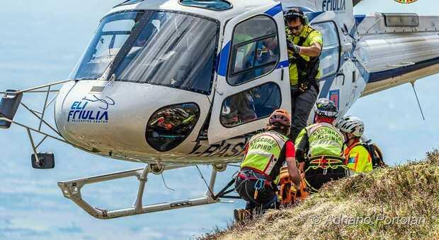 Elicottero della protezione civile e personale del soccorso alpino (foto d'archivio)