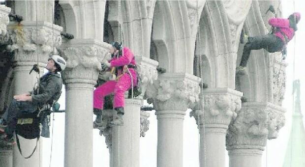 VENEZIA Uomini ragno al lavoro a Palazzo Ducale