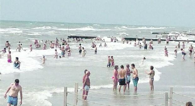 ONDE PERICOLOSE Col mare agitato ieri mattina nella costa veneta tanti interventi dei bagnini per salvare persone in difficoltà