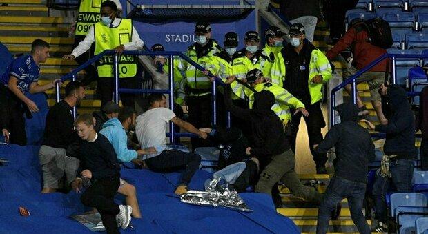 Leicester-Napoli, arrestati 9 tifosi partenopei per una rissa nel prepartita. La polizia locale: «Comportamenti vergognosi»