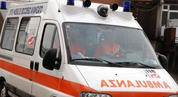Torino, furgone travolge auto che finisce sul marciapiede: un morto e 6 feriti