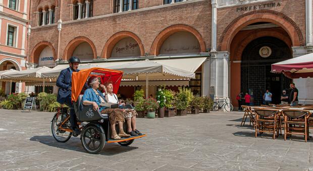 Il sindaco di Treviso, Mario Conte, che porta a spasso due anziane con la paribike elettrica