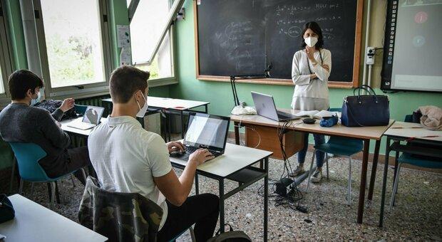 Green pass per gli alunni: sì dei virologi, ma i presidi aspettano governo e Cts
