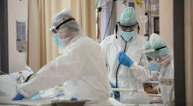 Bollettino Covid, oggi 4.552 contagi, 66 morti. Brusaferro: «Italia è il Paese in Europa dove il virus circola meno»