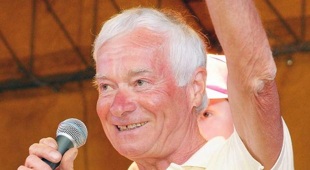 Giovanni Knapp saluta il pubblico: qui siamo a Castion, 10 anni fa, nel 2011