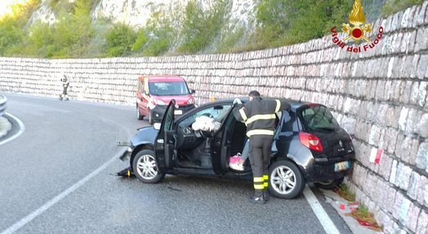 Ragazza perde il controllo dell'auto e sbatte sul muro della strada del Costo