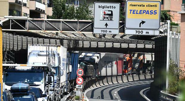 Camionisti contro il Green pass: «Guidiamo a 30 km/h, blocchiamo l'Italia». Ma la protesta è un flop
