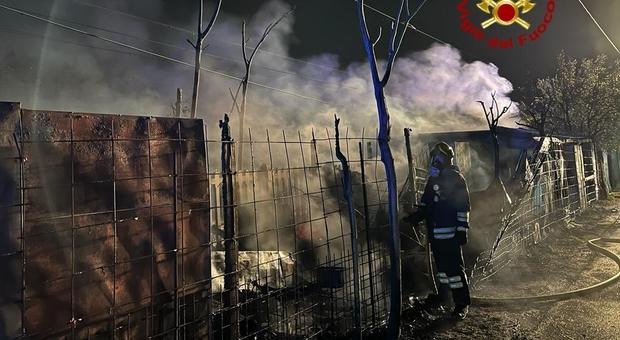 L'incendio delle baracche a Verona a ridosso della linea ferroviaria