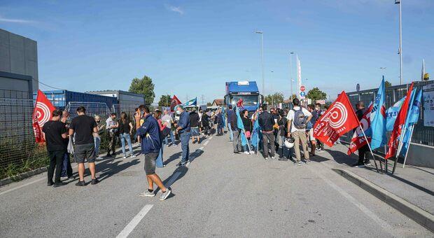 Una recente manifestazione dei lavoratori Amazon nella sede di Vigonza