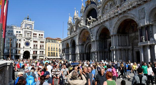 Sul monopattino in piazza San Marco. Multa di 66 euro a un bimbo di 4 anni
