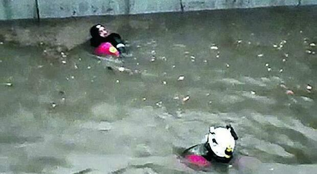 Tempesta a Giarre. Uomo intrappolato nel sottopassaggio pieno d'acqua: salvato dai sommozzatori