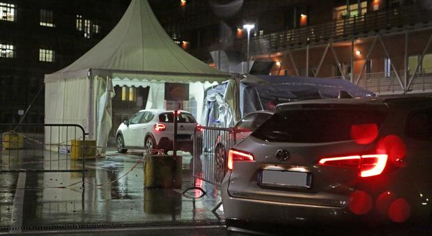 Il drive in notturno per i tamponi covid organizzato all'ospedale san martino di Belluno
