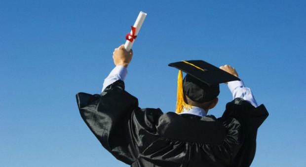"""Si laurea senza diploma, ma il titolo è valido: """"Ha faticato tanto"""""""
