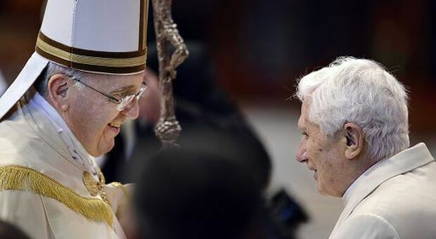 """Messa in latino, bergogliani contro ratzingeriani: sui social è ormai """"guerra"""" aperta"""