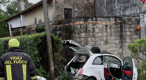 Auto si schianta contro il muro di una casa: gravissima la ragaza di 22 anni alla guida