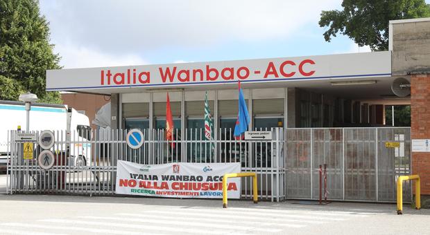 L'ingresso dello stabilimento Acc di Borgo Valbelluna ancora incerto il futuro dei lavoratori