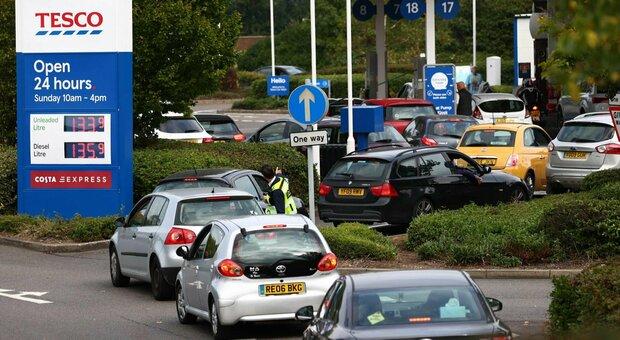 Perché manca la benzina in Gran Bretagna? Tir fermi e scaffali vuoti, ecco cosa sappiamo