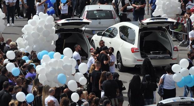 Ardea, i funerali di David e Daniel: palloncini biancocelesti per i fratellini uccisi