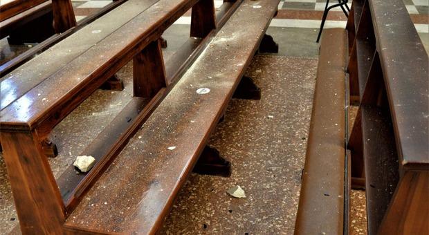 I calcinacci del soffitto precipitati nella chiesa di San Fior colpita da una saetta