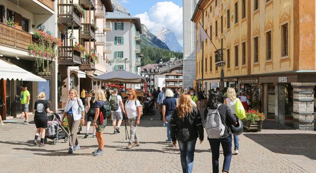 Corso Italia a Cortina affollato di turisti: la stagione stiva è andata meglio di quella dello scorso anno quando non c'era l'obbligo di green pass