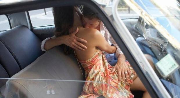 Foto d'archivio di un uomo e una donna che si sono appartati in auto