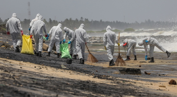 Sri Lanka, tonnellate di plastica sulle spiagge: da paradiso tropicale a incubo ecologico