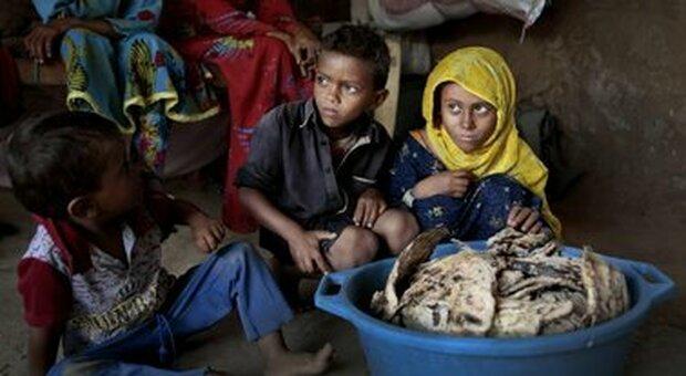 Yemen, 9 bimbi sfollati su 10 lottano per cibo, acqua e istruzione: la denuncia di Save the Children