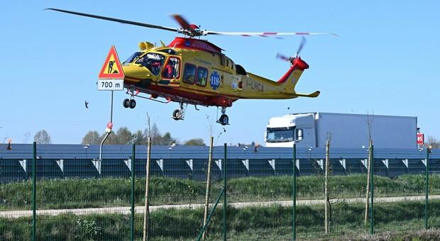 Incidente in A4: auto si ribalta, due persone ferite. Code in direzione Milano