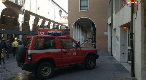 Incendio in negozio dipendente lo spegne con l 39 estintore - Estintore in casa ...