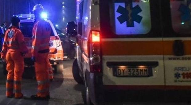 Napoli, piomba con la moto sui pedoni alla fermata del bus: due morti e tre feriti