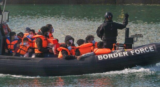 Migranti, record di sbarchi in Gran Bretagna. E ora Johnson attacca Macron