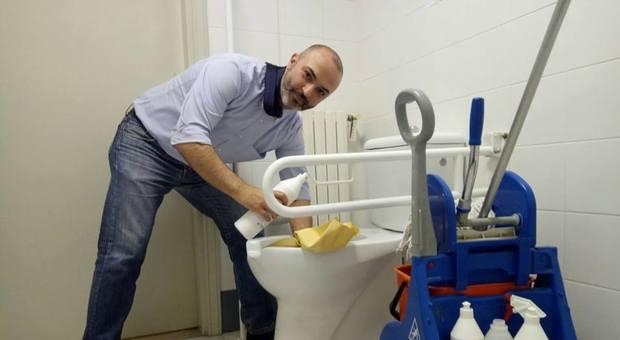 Il grillino bugani si fa la foto mentre pulisce il bagno for Ibiza a maggio si fa il bagno