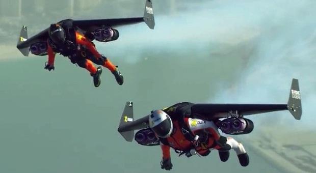 Zaino Elicottero : Il futuro è oggi due piloti in volo su dubai con lo zaino