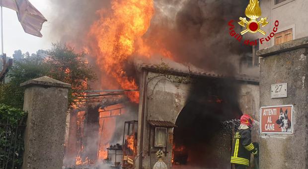 Prende fuoco l'auto e le fiamme divorano l'intero immobile: intossicata una donna