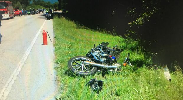Il capriolo sbuca all'improvviso travolto il motociclista