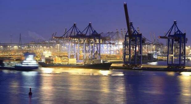 Green pass, circolare del Viminale: «Aziende valutino anche tamponi gratis ai portuali»