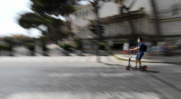 Monopattini, casco obbligatorio, limite di velocità e assicurazione Rc: stretta in arrivo