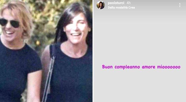 Paola Turci e gli auguri misteriosi: «Buon compleanno amore mio». Proprio oggi è il compleanno di Francesca Pascale