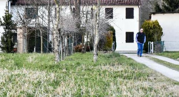 Dilaniato dalle lame della fresa mentre taglia l 39 erba in - Quando seminare erba giardino ...