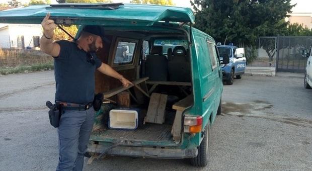Furgone sequestrato, usato per trasporto braccianti (foto di repertorio)