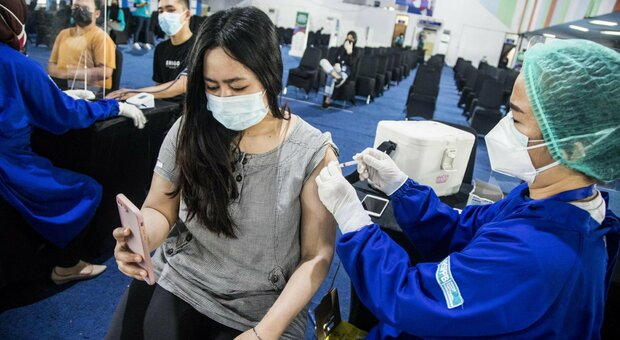 Miocardite dopo il vaccino? «Dieci volte più probabile essere colpiti da un fulmine». Lo studio Usa